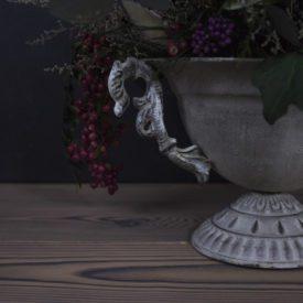Интерьерная композиция в античной вазе вид сбоку