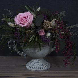 Интерьерная композиция из стабилизированных цветов в античной вазе