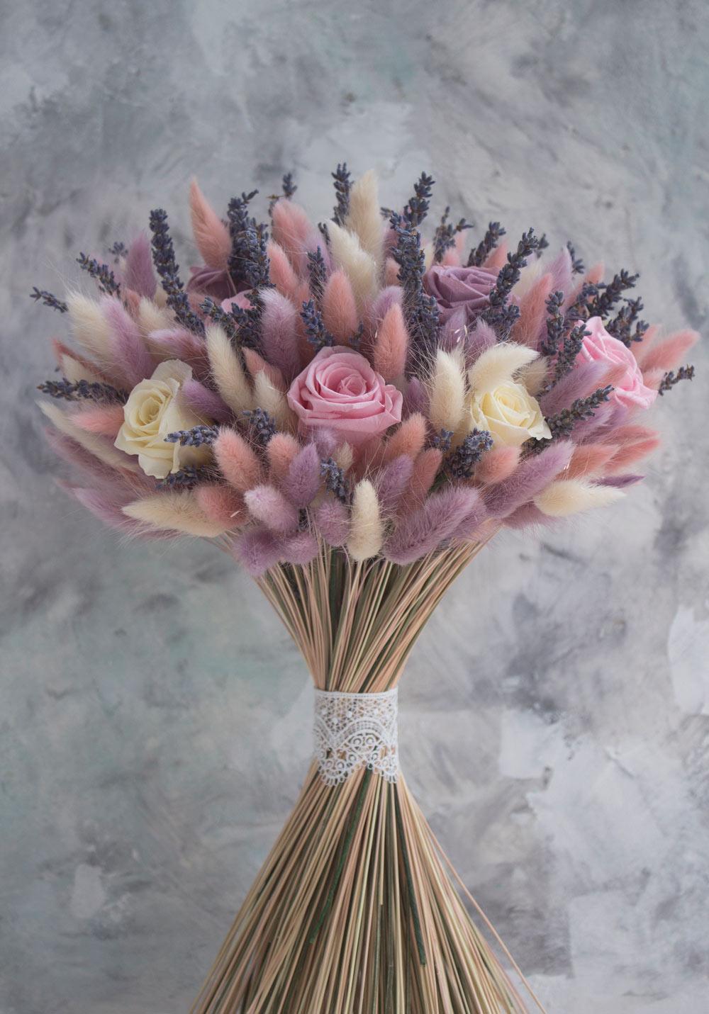 Букет-c-розами-лавандой-cухоцветами