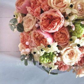 Свадебный-букет-с-пионовидными-розами-и-диантусом-10