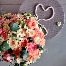 Свадебный-букет-с-пионовидными-розами-и-диантусом-12