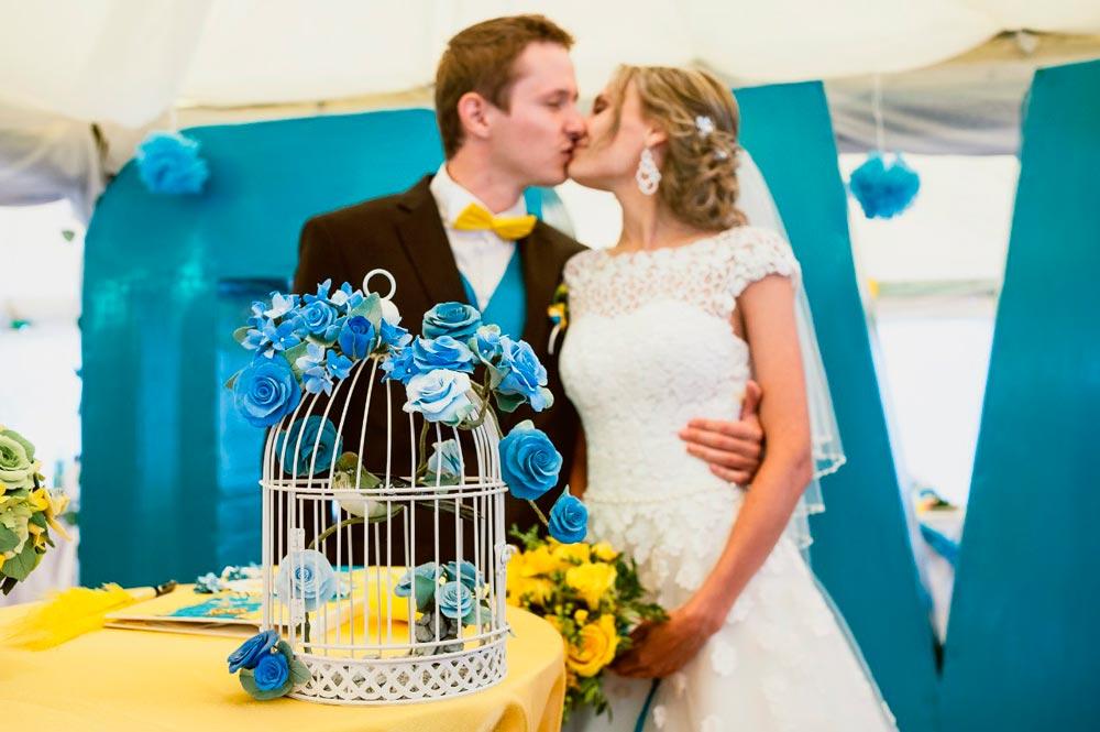 Декор свадьбы клетками с цветами