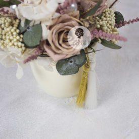 Зимняя композиция с пудровым розами