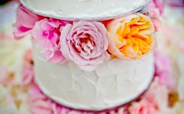 Wedding-cake-with-flowers