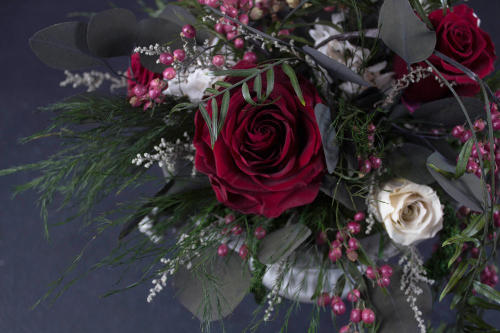Красные-бархатные-розы-в-античном-кашпо-2